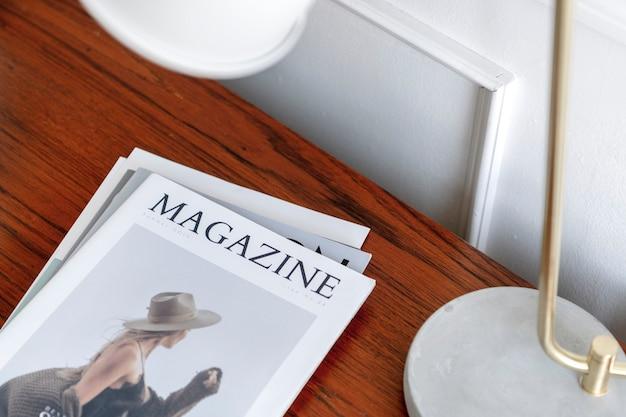 木製のテーブルの上の雑誌