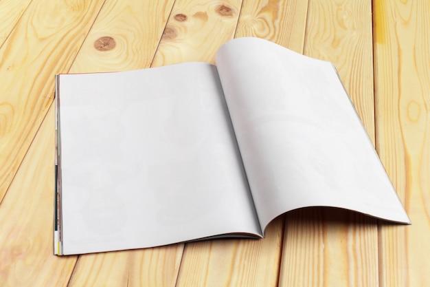 木製のテーブルの雑誌またはカタログ