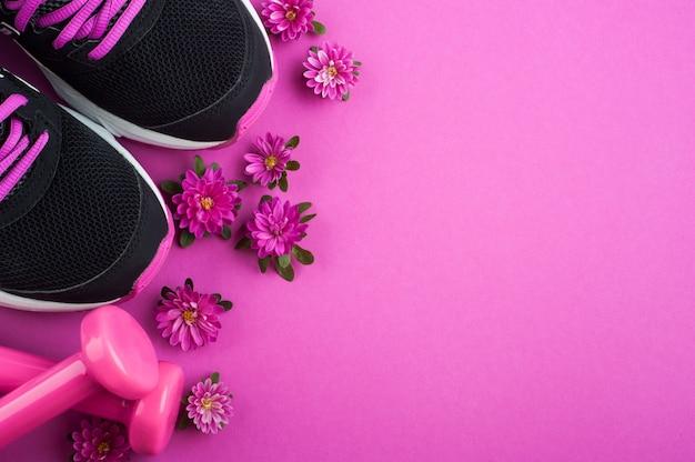 Пурпурный фон с кроссовками