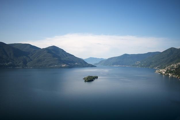 スイスのティチーノ州の日光の下でブリサゴ諸島に囲まれたマッジョーレアルプス湖