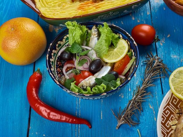 Магрибская кухня. алжирский салат с анчоусами крупным планом