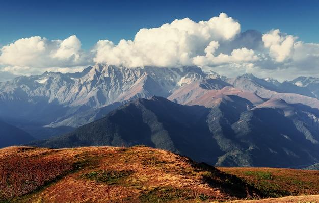Волшебный осенний пейзаж и заснеженные горные вершины.