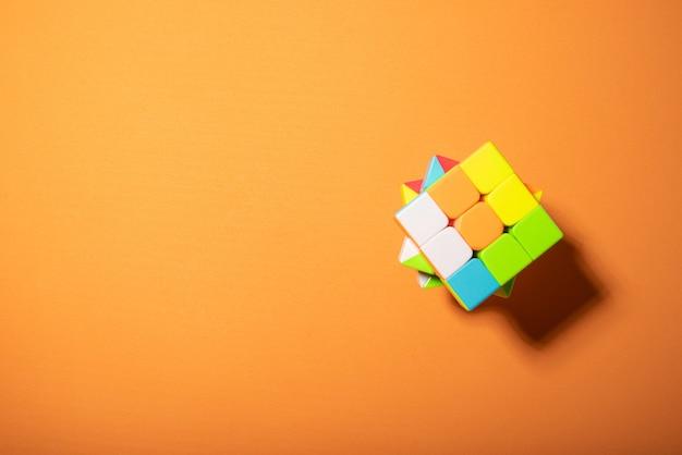 주황색 eva 표면과 단단한 빛의 매직 큐브, 위쪽
