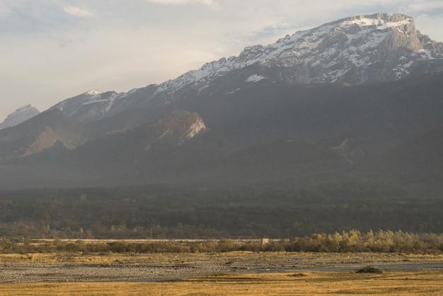 魔法の魅惑的な自然と風景、白い雪に覆われた雄大な山々、寒い気候