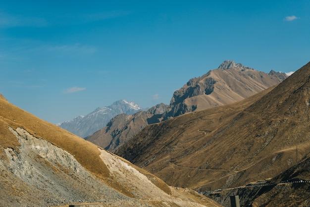 魔法の魅惑的な自然と風景、青い空の下の雄大な山々