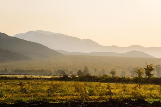 魔法の魅惑的な自然と風景、山と斜面、果てしなく続く緑の野原と牧草地