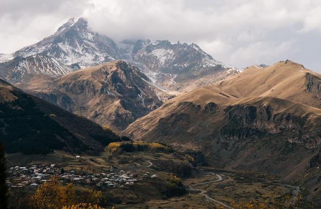 魔法の魅惑的な自然、白い雪に覆われた高い山々と斜面