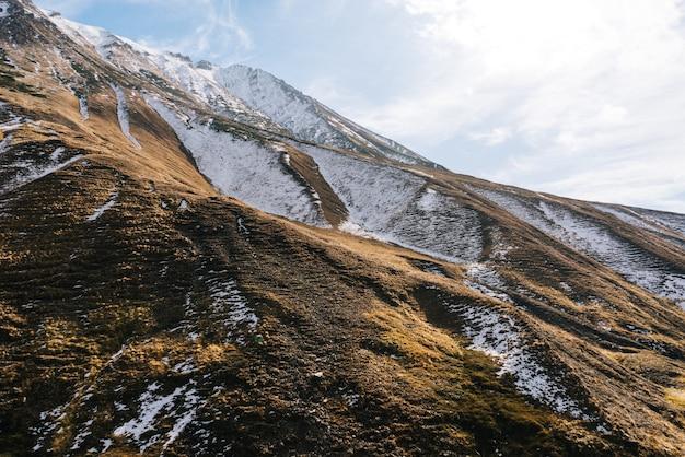 魔法の魅惑的な自然、白い雪に覆われた雄大な山々、冬の天候