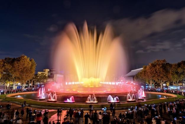 Волшебный фонтан в ночное время, барселона, испания