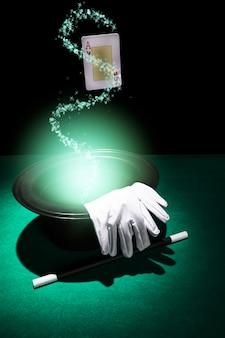 빛나는 녹색 배경의 마술 성능 특성