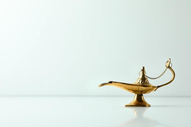 Волшебная лампа рамадана на белой поверхности, место для текста