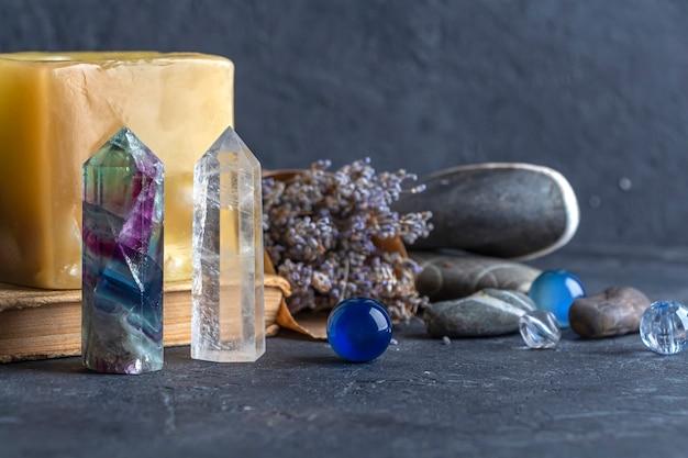 Волшебный натюрморт с кристаллом флюоритового кварца и розовой свечой волшебные камни для мистического ритуала колдовства викканская или духовная практика исцеления медитация рейки ритуал любви и баланса чакр