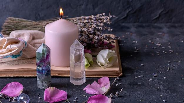 형석 석영 크리스탈과 핑크 캔들과 함께 마법의 정물.