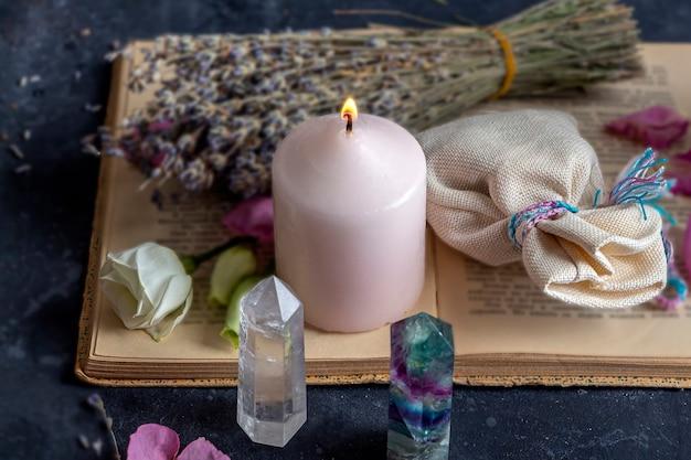형석, 석영 크리스탈 및 핑크 캔들과 함께 마법의 정물.