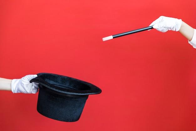 赤い壁に魔法の杖と黒いシルクハット