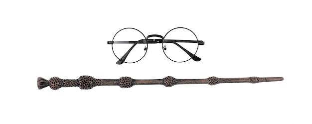 魔法の杖と白い背景で隔離の魔術師のメガネ