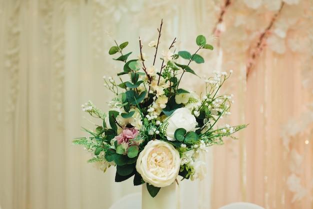 新郎新婦のテーブルの魔法の結婚式の装飾、白と青の色、美しい詳細、セレクティブフォーカス