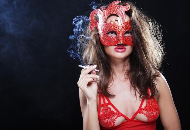 魔法の女は暗闇の中で煙を出す