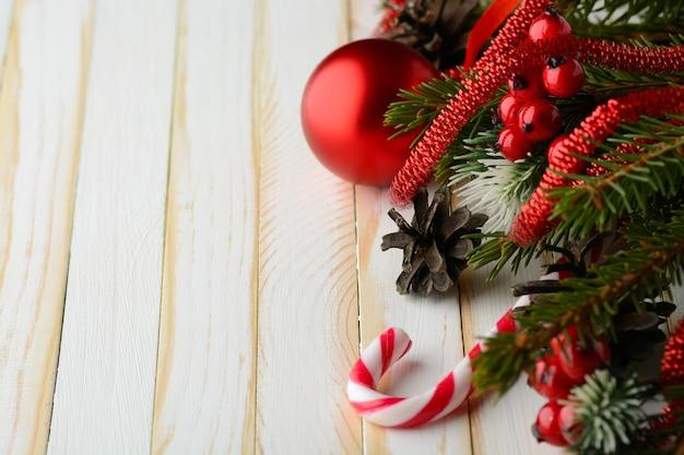소나무 신선한 가지와 크리스마스 장식 사탕 지팡이의 마법의 배열.