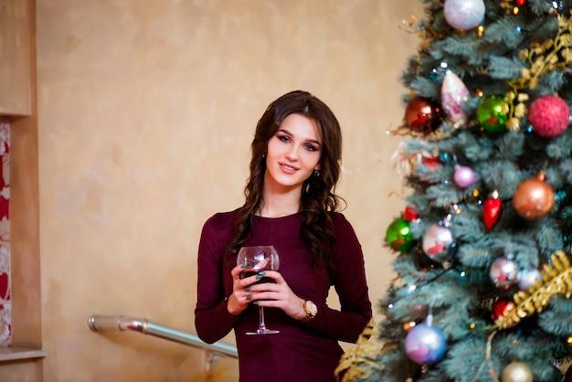 Волшебная рождественская ночь. красивая женщина в вечернем платье