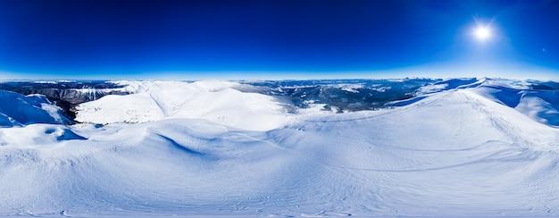 맑고 푸른 하늘과 맑은 날에 스키 슬로프에 눈으로 덮여 산의 아름다운 언덕의 마법의 파노라마. 겨울 관광 개념. copyspace