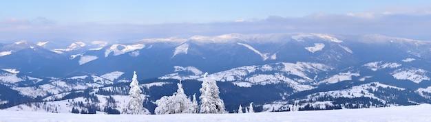 雪に覆われた山々の美しい丘の魔法のパノラマ