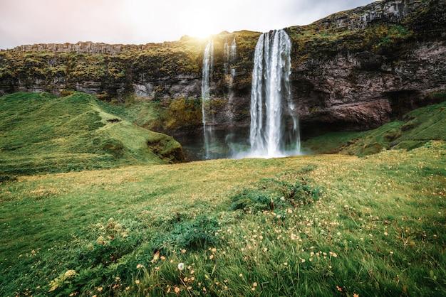 Волшебный водопад seljalandsfoss в исландии.