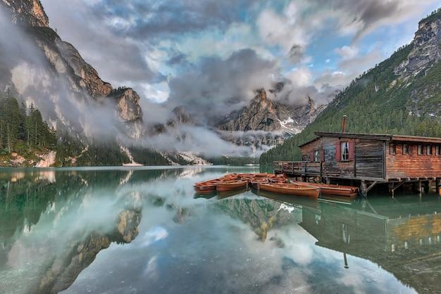 Scatto magico delle montagne dolomitiche, parco nazionale fanes-sennes-braies, italia durante l'estate