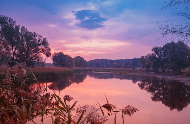 水の美しい反射と湖の上の魔法の日の出