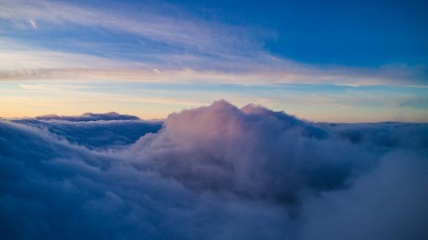 석양 겨울에 푸른 적 운 구름의 마법의보기