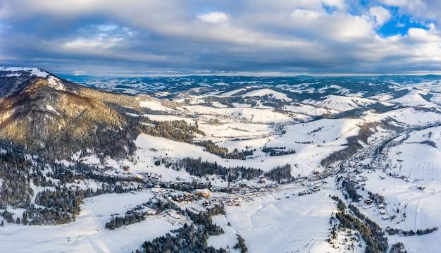 Волшебная зимняя панорама красивых заснеженных склонов горнолыжного курорта европы в солнечный безветренный морозный день. концепция активного отдыха зимой