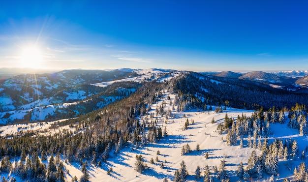 晴れた、風のない凍るような日にヨーロッパのスキーリゾートで美しい雪の斜面の魔法の冬のパノラマ。冬のアクティブなレクリエーションの概念
