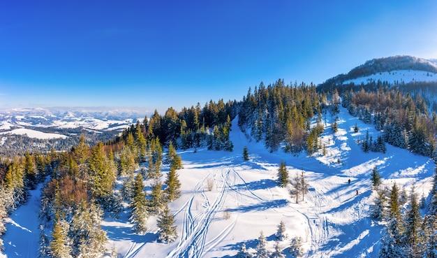 晴れた、風のない凍るような日にヨーロッパのスキーリゾートで美しい雪の斜面の魔法の冬のパノラマ