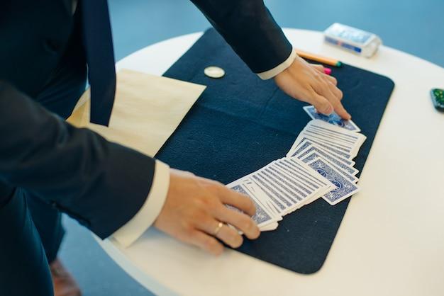 마술사 남자 초점 카드 놀이