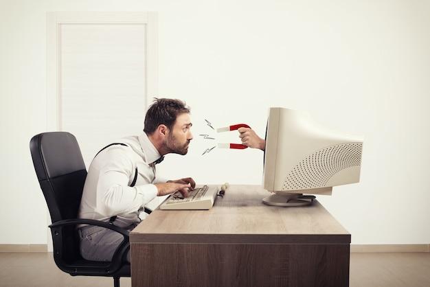 Магнит притягивает человека к компьютеру. привлекайте людей с помощью маркетинга