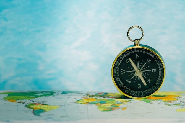 世界地図上の磁気コンパス、旅行コンセプト、グローバル調査。