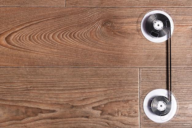 Магнитная лента на старых деревянных фоне