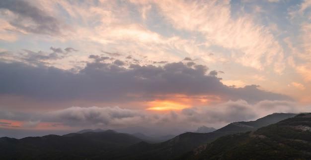 산의 웅장하고 아름다운 일몰, 정상에서 탁 트인 전망