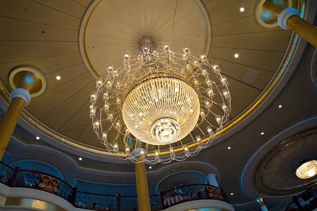 クルーズ船の天井にある豪華なシャンデリア