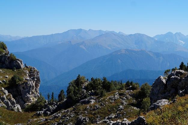Великолепный горный пейзаж в дымке. место для текста