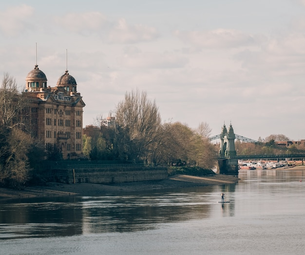 흐린 날에 아름다운 강 위의 다리로 캡처 한 웅장한 옛 성