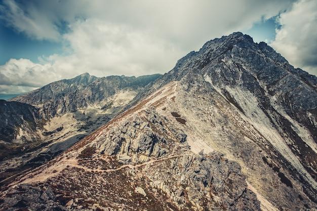 파란색 회색 음영의 웅장하고 평화로운 풍경입니다. 카르파티아 산맥에서 가장 높은 산맥인 슬로바키아의 오만한 타트라 산맥. 장엄한 파노라마 전망.