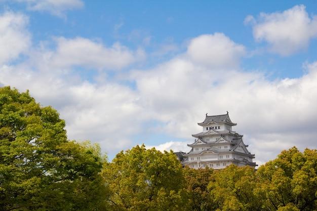 일본 히메지에서 포착 된 푸른 하늘 아래 웅장한 시로미 다이 공원