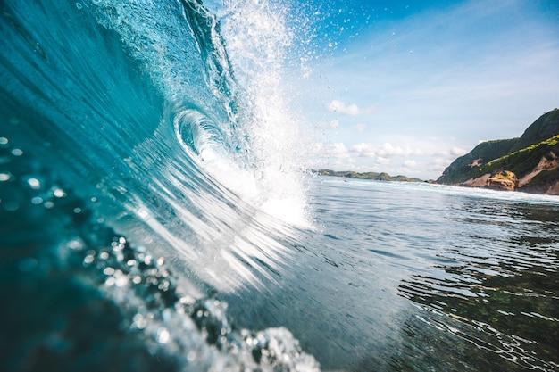 롬복, 인도네시아에서 캡처 한 배경 바위가있는 파도의 웅장한 전망
