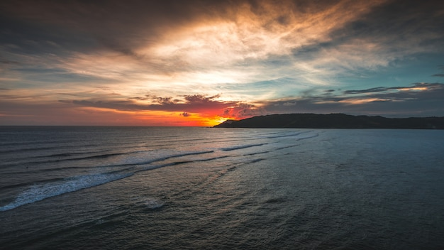 La vista magnifica dell'oceano pacifico al tramonto ha catturato in lombok, indonesia