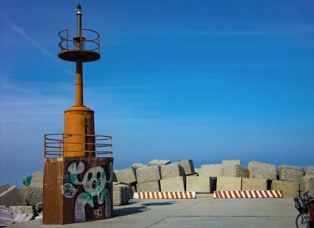 Великолепные обои с изображением старинного маяка на красивой пристани адриатического моря в италии. точное местонахождение - джулианова в абруццо.