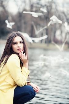 Великолепная женщина на открытом воздухе. портрет красоты моды