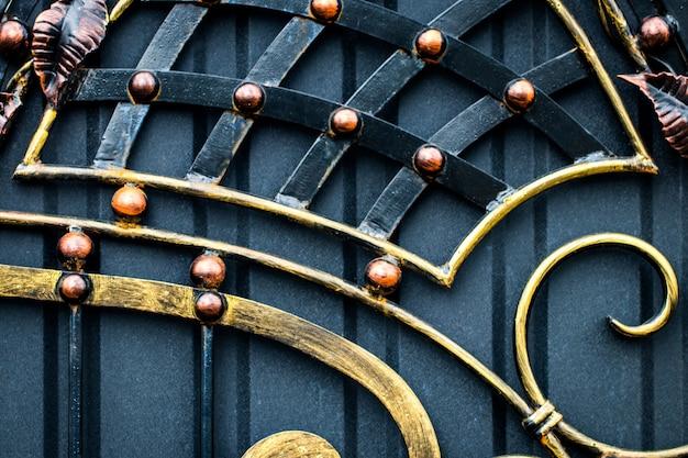 壮大な錬鉄製の門、装飾用の鍛造品、鍛造された要素のクローズアップ。