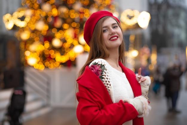 ストリートフェアを歩いている赤いコートを着た壮大な若い女性。空きスペース