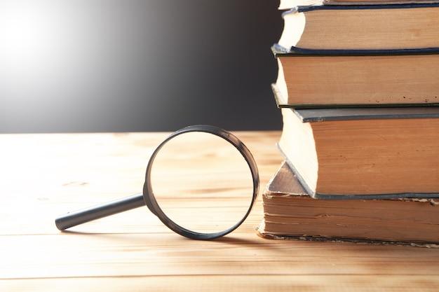 돋보기와 테이블에 책. 책 연구 개념
